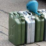 Канистры с бензином